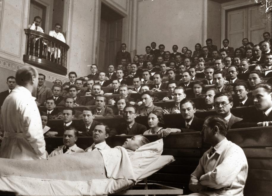 Folyik a leendő orvosok képzése 1928-ban Pécsett (Forrás: Fortepan)