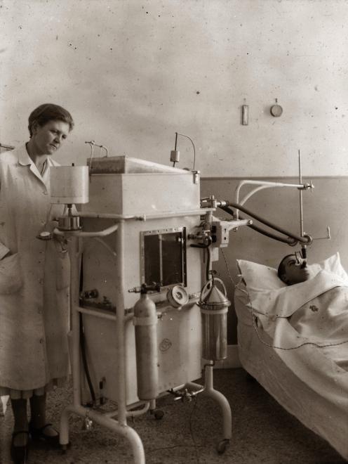 Ilyen gépek is segítették a gyógyulást (Forrás: Fortepan)