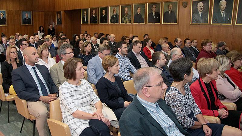 Karunk vezetése a kiváló előadókat, gyakorlatvezetőket, és a legjobb intézeteket, klinikákat díjazta
