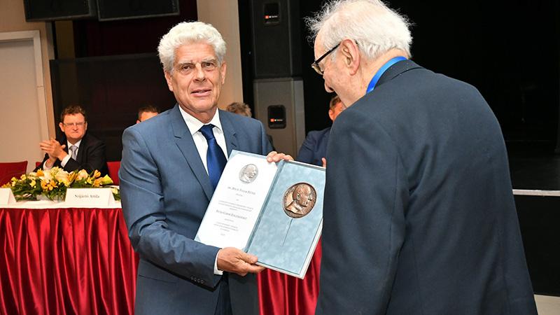 Dr. Dóczi Tamás idegsebész professzor emeritusi címet és Petri Gábor Emlékérmet kapott