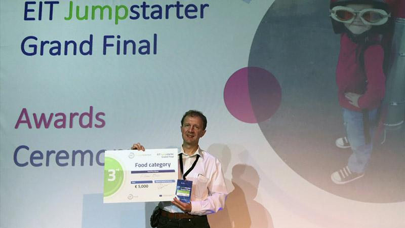 Harmadik díjat nyert dr. Hantz Péter biofizikus csapata az Európai Innovációs és Technológiai Intézet versenyén