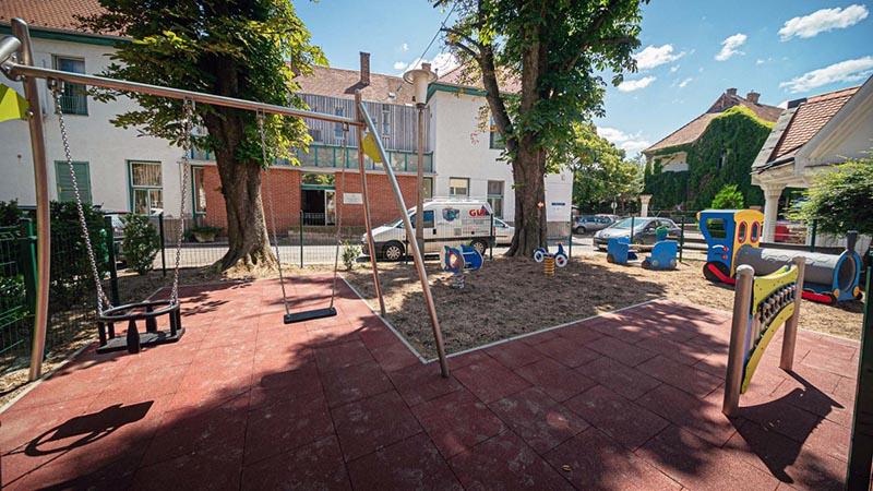 Új, biztonságos játszóteret avattak a Gyermekgyógyászati Klinika udvarán