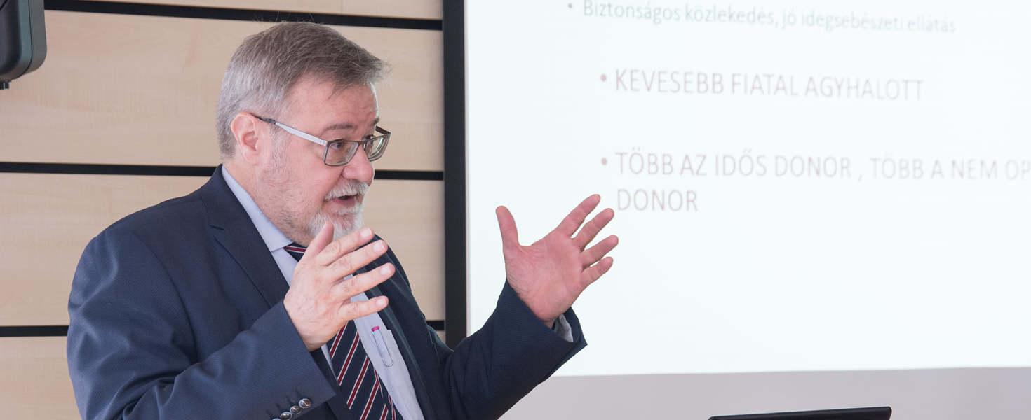 Nívós díjjal ismerték el Kalmár Nagy Károlyt a PTE főorvosát
