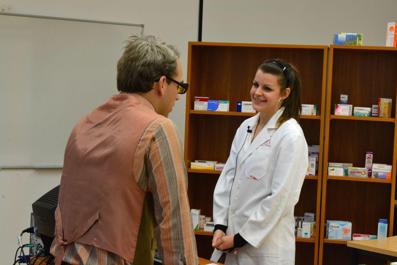 Orvostanhallgató színészek által eljátszott szituációkat oldanak meg pécsi gyógyszerész hallgatók