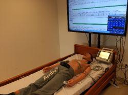 Emeltszintű újraélesztés oktatására alkalmas modell. Mellkaskompresszió, szájból szájba, valamint ballonos lélegeztetés gyakorlására alkalmas. Intubálható. Defibrillálható. Számítógéphez csatlakoztatható. A számítógép segítségével EKG jel modellezhetõ, a generált EKG jel a defibrillátor kijelzőjén vagy csatlakoztatott monitor kijelzőn megjelenik. Az újraélesztés hatékonysága elemezhető, így egyszerűbb szenárió alapú oktatásra is alkalmas.